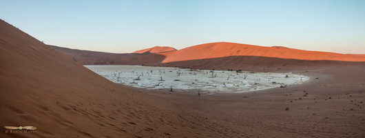 Sun light going down on Deadvlei - Click to open panorama !