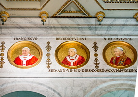 Medaillons of the Popes Saint John Paul II, Benedict XVI and Francis.