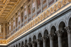 Portraits of popes aroud the nave